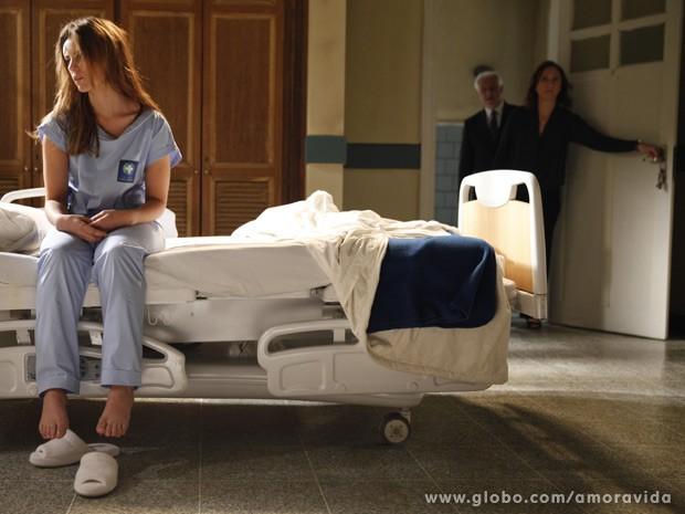 Paloma fica quase inconsciente devido à forte medicação (Foto: Amor à Vida / TV Globo)
