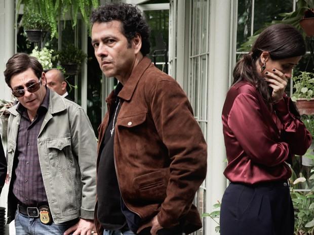 Pedroso chega à cena do crime com Alfredo e Roberta (Foto: Pedro Curi / TV Globo)