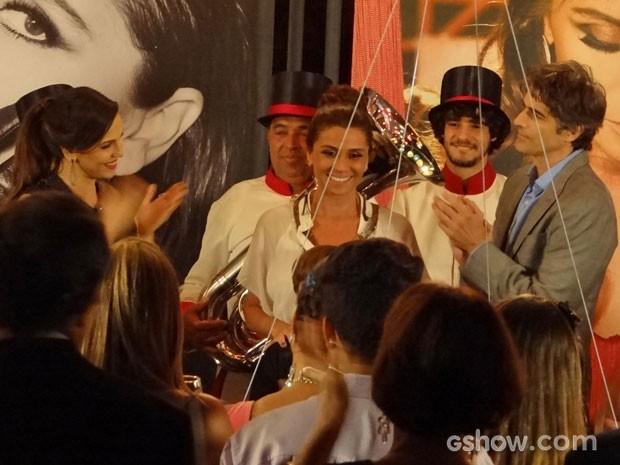 Cadu não esconde sua má vontade na hora do parabéns (Foto: Em Família/TV Globo)