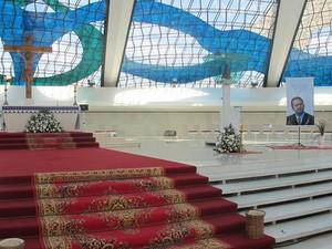 Altar da catedral de Brasília foi preparado para missa de sétimo dia de Eduardo Campos (Foto: Dayane Oliveira/ G1)