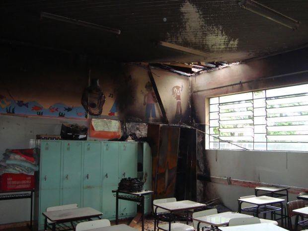 Fogo atingiu o teto e as paredes das salas de aula (Foto: Divulgação/Arquivo Pessoal)