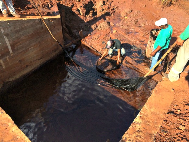 Moradores denunciam poluição de nascente em Sidrolândia, MS (Foto: Alysson Maruyama/ TV Morena)
