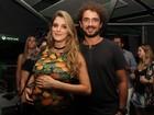Rafa Brites exibe o barrigão em show com o marido, Felipe Andreoli