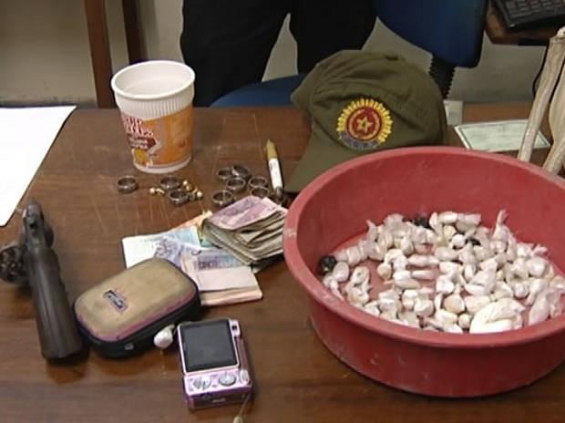 Com o suspeito, foram apreendidos drogas, revólver, celular e dinheiro. (Foto: Reprodução/TV Tapajós)