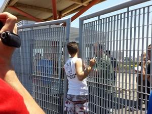 """Candidato """"se espreme"""" em portão, mas não consegue entrar em prédio para fazer prova do Enem em Campinas (Foto: Marília Rocha/G1 Campinas)"""