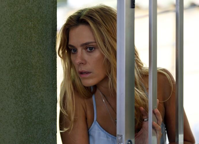Lara fica assustada ao chegar em casa e reparar que alguém está ali (Foto: Ellen Soares/ Gshow)