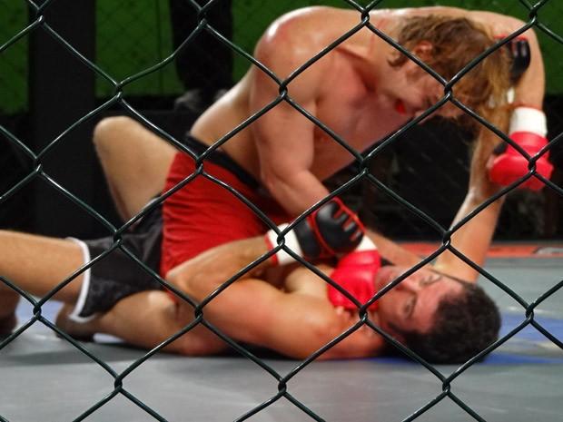 No começo da luta, Ulisses apanha muito (Foto: Guerra dos Sexos / TV Globo)