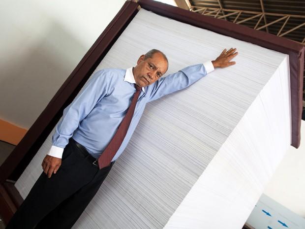 Advogado posa ao lado do livro de mais de dois metros de altura (Foto: Fabiana Aragão/Divulgação)