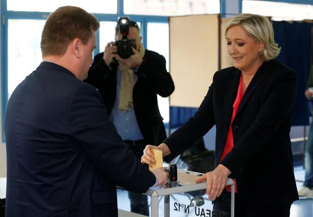 Marine Le Pen votando neste domingo (Foto: Pascal Rossignol/Reuters)