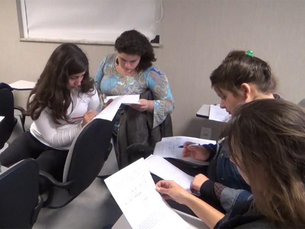 Alunos do curso de biologia do câncer fazem estudo de caso (Foto: Mariana Lenharo/G1)