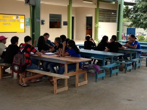 Alunos fazem oficina em pátio de escola, por falta de salas (Foto: Jonatas Boni/G1)
