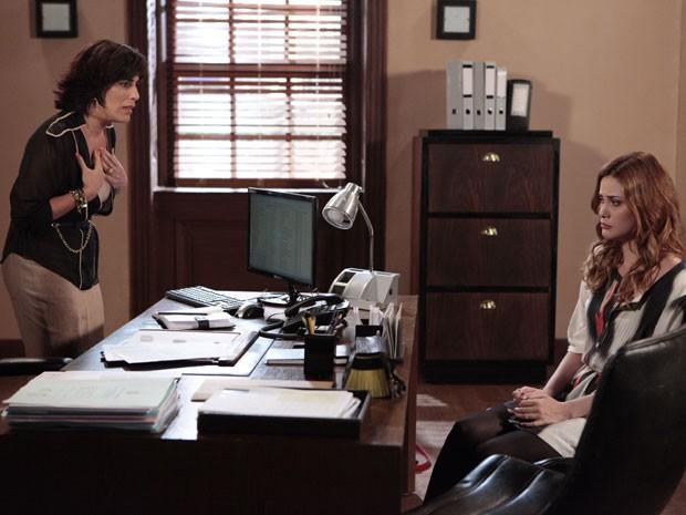 Veruska conta quase tudo para Roberta (Foto: Guerra dos Sexos/TV Globo)