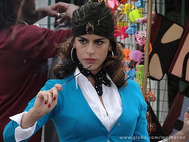 Luciana faz a cartomante e atende no meio da rua (Foto: Malhação / TV Globo)