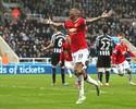 United faz no fim após falha da zaga, e entra na briga por vaga na Champions
