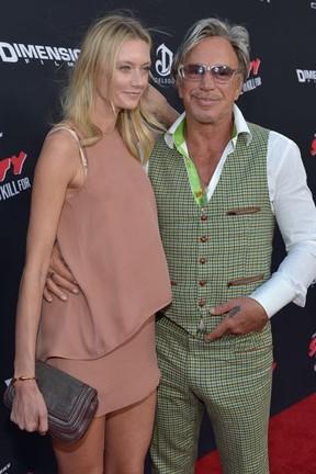 Mickey Rourke e a modelo Anastassija Makarenko em première de filme em Los Angeles, nos Estados Unidos (Foto: Charley Gallay/ Getty Images/ AFP)