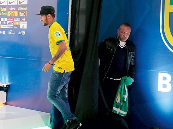 """DISCREPÂNCIAS Neymar e seu pai, no ano passado, em Teresópolis. Abaixo, documento da Procuradoria-Geral da Fazenda aponta """"divergências"""" nos contratos da venda ao Barça (Foto: Marcelo Regua/Reuters)"""