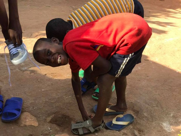 ONG cria calçado que acompanha o crescimento das crianças (Foto: Divulgação)