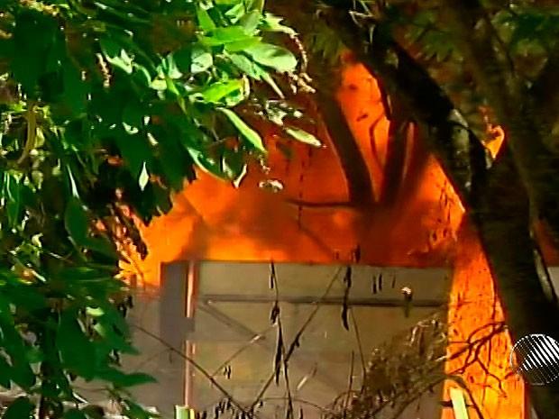 Incêndio atinge depósito em Ilhéus, na Bahia (Foto: Reprodução TV Santa Cruz)