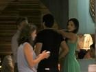 Mariana Rios usa vestido curto para jantar com o namorado