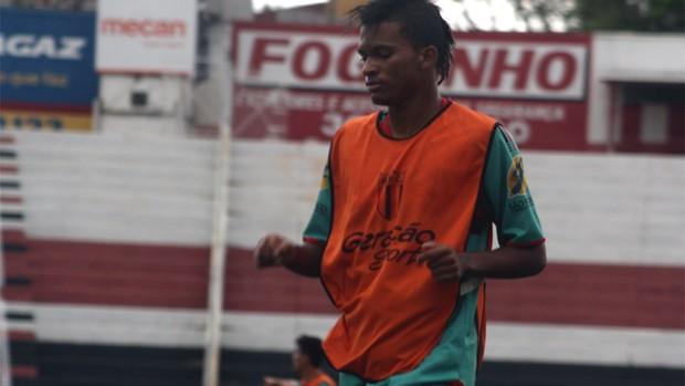 William ganha uma oportunidade no time titular do Botafogo-SP (Foto: Cleber Akamine / globoesporte.com)