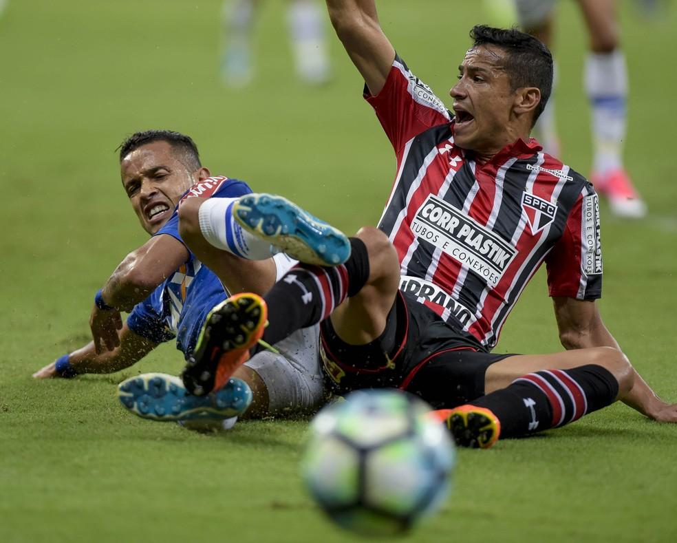 Cícero em ação contra o Cruzeiro: São Paulo fez bom jogo, mas foi eliminado no Mineirão (Foto: Washington Alves)