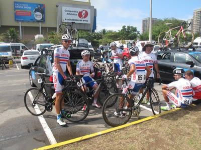 Ciclistas da Costa Rica esperam a largada do Tour do Rio (Foto: Gabriela Pantaleão)