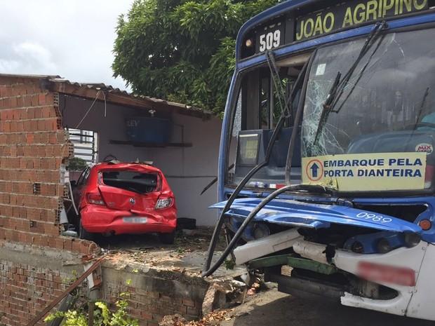 Além dos muros, ônibus atingiu um carro que estava na garagem (Foto: Walter Paparazzo/G1)