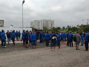 Funcionários da Nortran decidiram cruzar os braços  (Foto: Paulo Ledur/RBS TV)