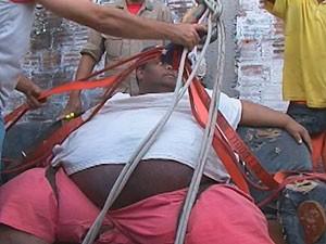 Wellington caiu no banheiro de casa e foi retirado com os bombeiros (Foto: Imagem/TV Subaé)