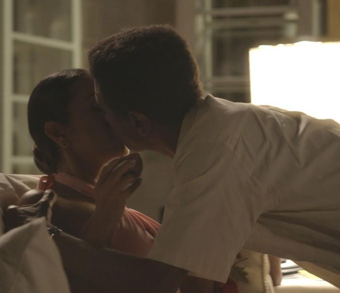 Dorinha não resiste e beija Zé Pedro (Foto: TV Globo)