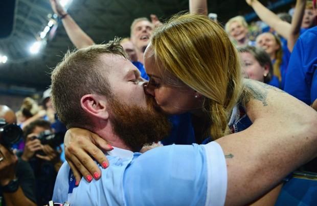 Aron Gunnarson, da Islândia, beija sua namorada depois de uma vitória do time na Eurocopa (Foto: Dan Mullan/Getty Images)