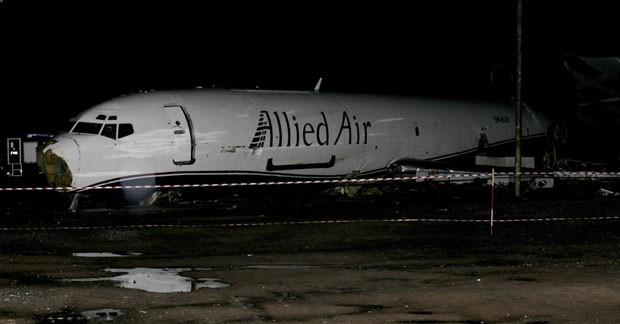Destroços do avião de carga em Acra, Gana, neste sábado (2). A aeronave caiu em um ônibus, matando pelo menos dez, enquanto tentava pousar no Aeroporto Internacional de Kotoka  (Foto: AP Photo/Koji Sasahara)