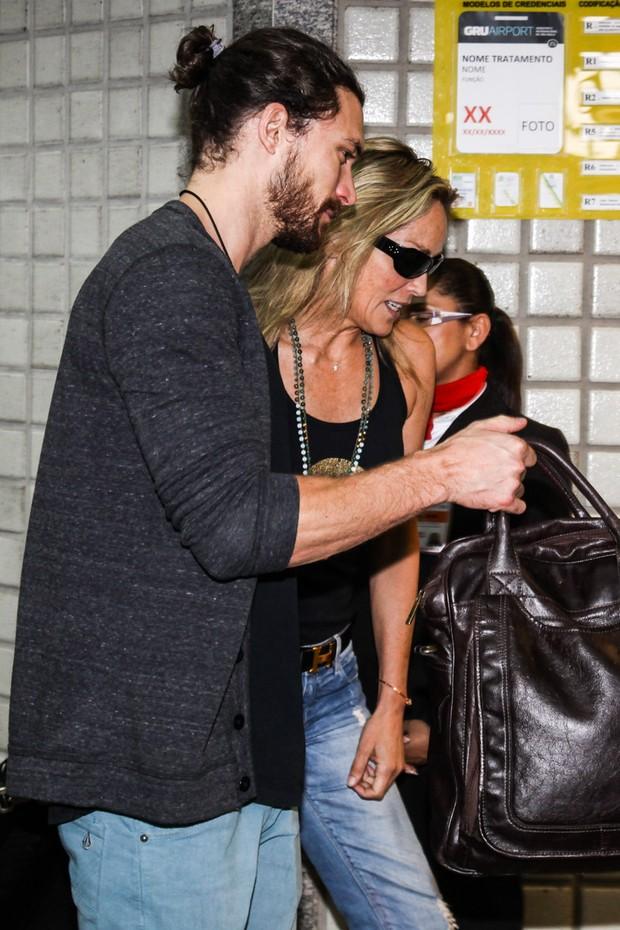 Sharon Stone deixa o Brasil com o namorado Martin Micca (Foto: Manuela Scarpa/Foto Rio News)