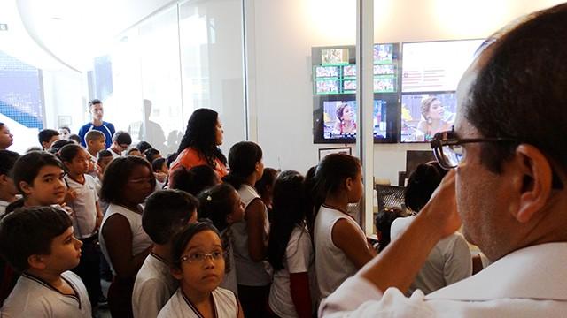 Visita foi guiada pelo gerente de programação da TV Tribuna, Jorge Brasil (Foto: Paula Perdiz)