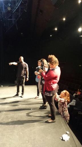 Rafael Zulu com elenco de espetáculo (Foto: Dani Minervino/Divulgação)