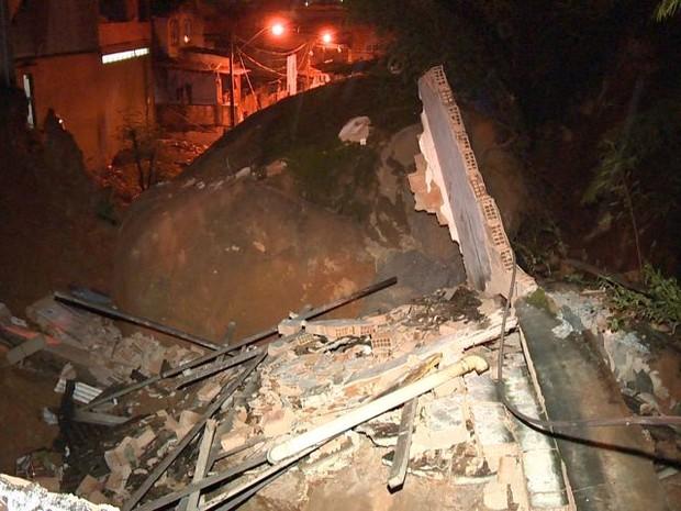 Pedra de mais de 2 toneladas rola e cai sobre linha de trem (Foto: Reprodução/ TV Gazeta)