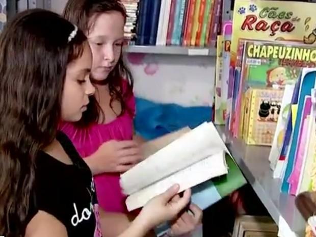 Alexssandra mostra biblioteca para amiga (Foto: Reprodução/ TV TEM)