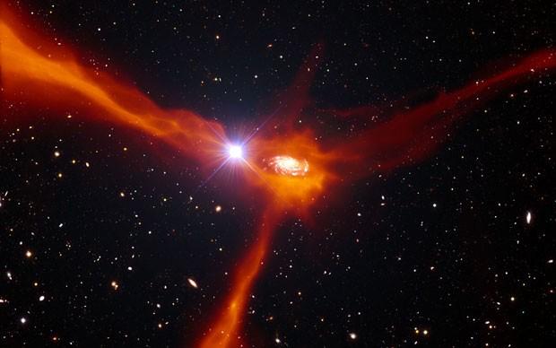 Concepção artística de uma galáxia agregando material do meio circundante (Foto: Divulgação/ESO)