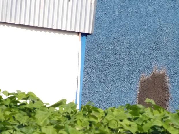 Suspeitos fizeram buraco na parede de um dos galpões da cooperativa (Foto: Giácomo Constanti/Arquivo Pessoal)