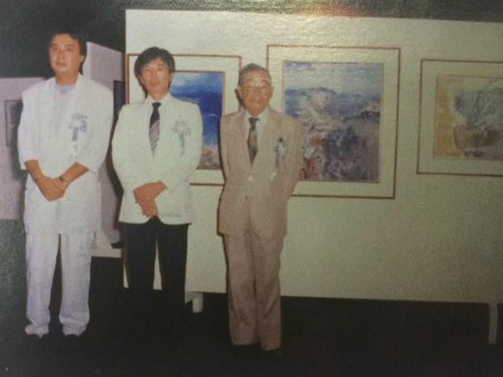 Kazurayama (centro) em exposição em Cuiabá em comemoração aos 80 anos da imigração japonesa. O registro é de 1988. (Foto: Reprodução)