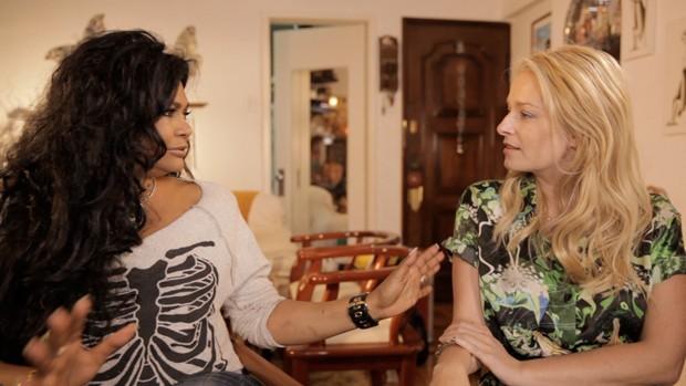 Adele Fátima (à esquerda) é entrevistada para o programa ELAS (Foto: Divulgação)