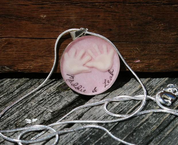 Allicia Mogavero criou um colar com detalhes feitos com leite materno (Foto: MommyMilk/AP)