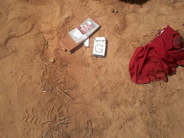 Carteira da vítima foi encontrada violada ao lado do corpo (Foto: Daniel Silva/Polícia Militar)