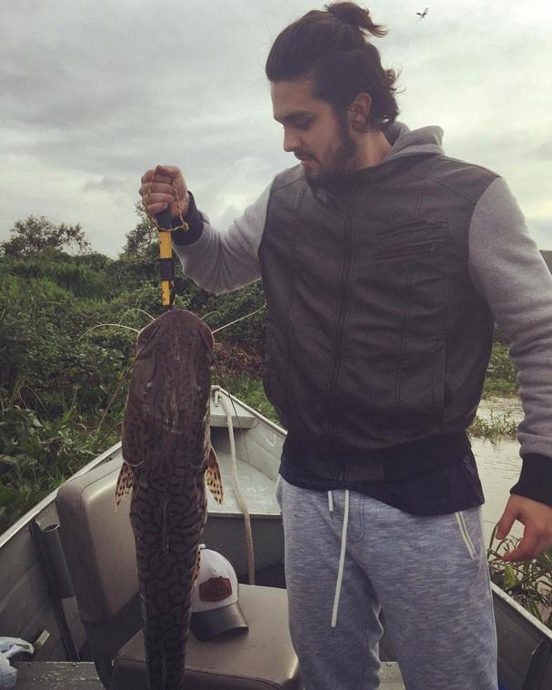 Luan Santana captura uma cachara em pescaria (Foto: Reprodução/Instagram)