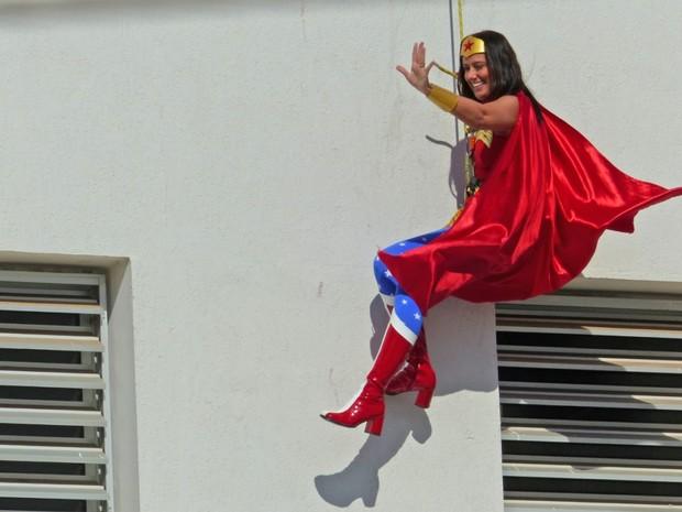 Mulher Maravilha desceu de rapel em hospital de Piracicaba (Foto: Antonio Trivelin/Arquivo pessoal)