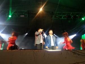 Leonardo touxe ao palco novos talentos da região (Foto: Nicole Melhado / G1)