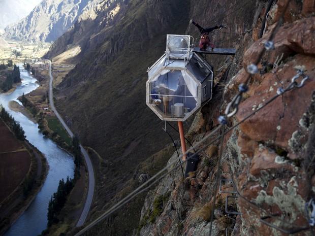 Hóspede pratica yoga no topo de uma cabine do Skylodge Adventure Suites, no Vale Sagrado, em Cusco, no Peru, em 14 de agosto (Foto: Reuters/Pilar Olivares)