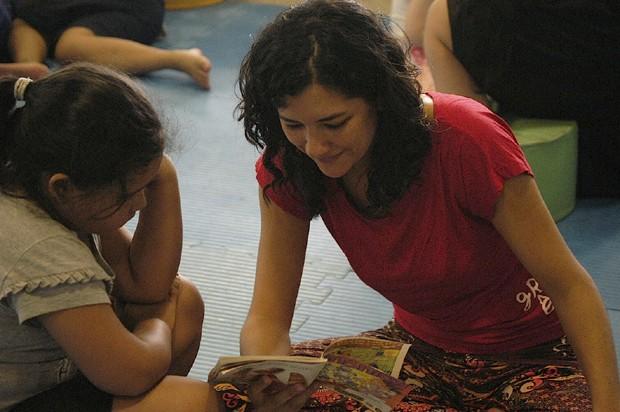 Crianças e adultos podem, juntos, aproveitar um momento com livros (Foto: Jeff Gabriel)