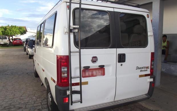van que levou o cruzeiro de itaporanga (Foto: Damião Lucena / Globoesporte.com/pb)