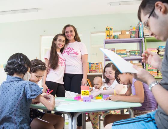 Laíse de Oliveira virou voluntária da Casa Durval Paiva depois que sua filha Gabriele, de 10 anos, superou o câncer (Foto:  Pablo Pinheiro/ÉPOCA)